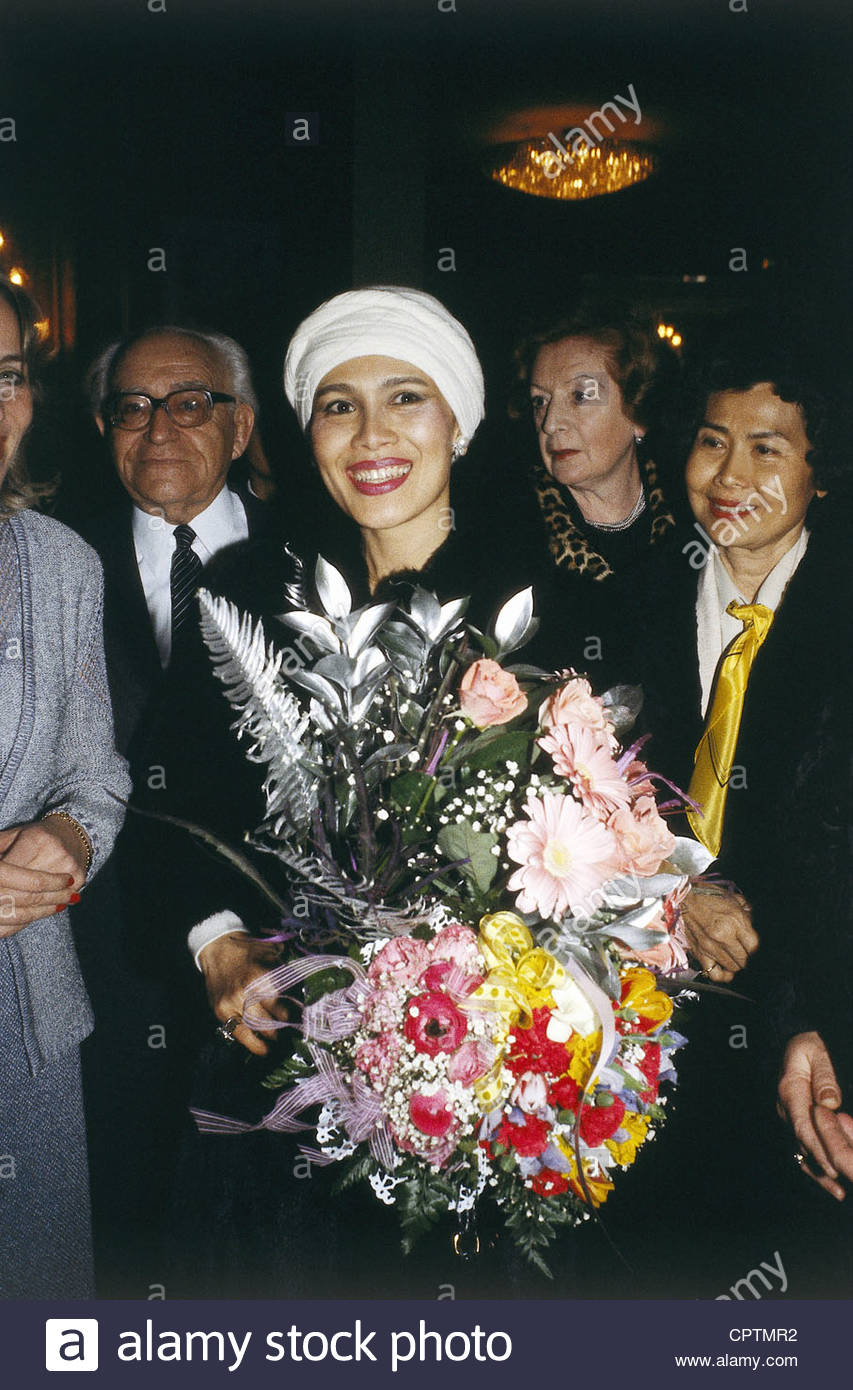 Sirikit, * 12.8.1932, Queen consort of Thailand, half length, with bunch of flowers, mid 1980s, flowers, hat, - Stock Image