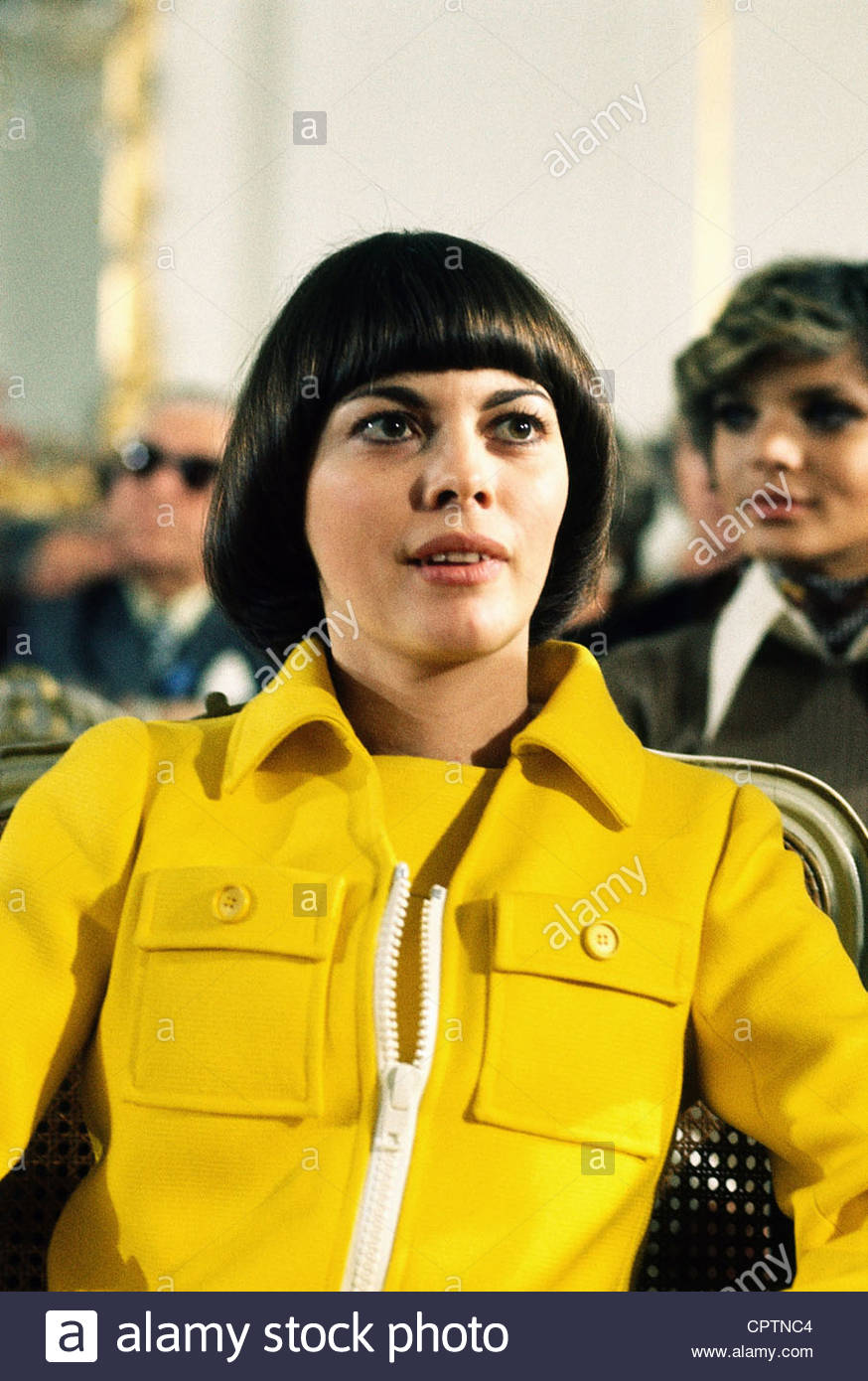 Mathieu, Mireille, * 22.7.1946, French singer, portrait, 1970s, fashion, hairstyle, hair style, yellow, - Stock Image