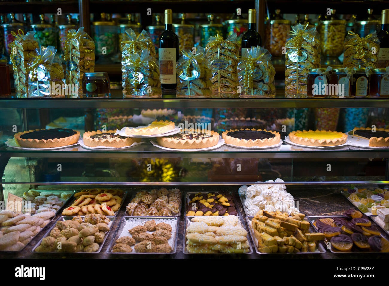 Cakes and pastries in Fabbrica Taddeucci patisserie shop and cafe in Piazza San Michele, Lucca, Italy - Stock Image
