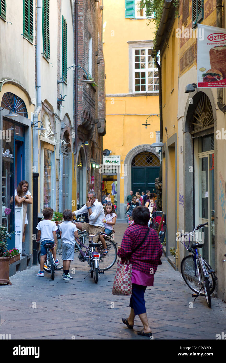 Shoppers and tourists in Via Fillungo, Lucca, Italy - Stock Image