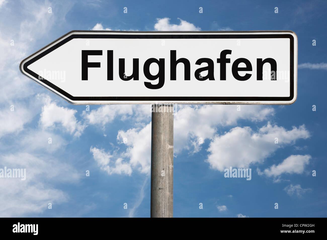 Detailansicht eines Wegweisers mit der Aufschrift Flughafen | Detail photo of a signpost with the German inscription - Stock Image