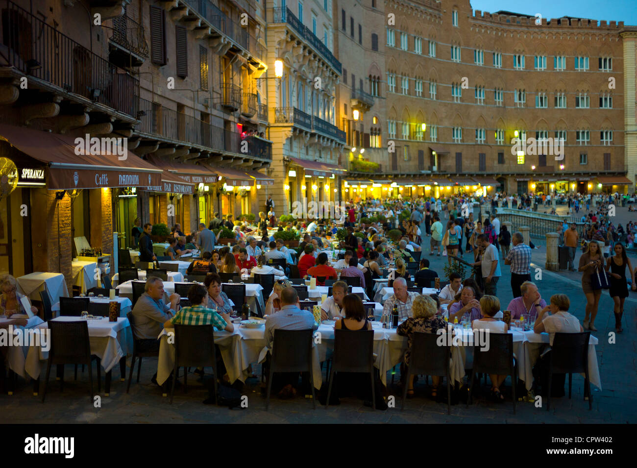 Diners eating al fresco at Nannini bar and restaurant in Piazza del Campo, Siena, Italy - Stock Image