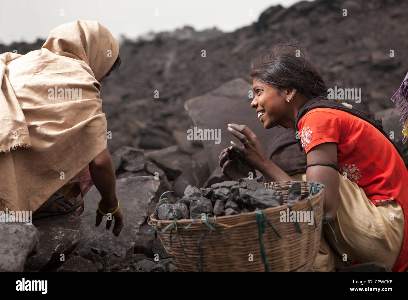 Young woman collect coal with mother, Jharia, Dhanbad, Jharkhand, India - Stock Image