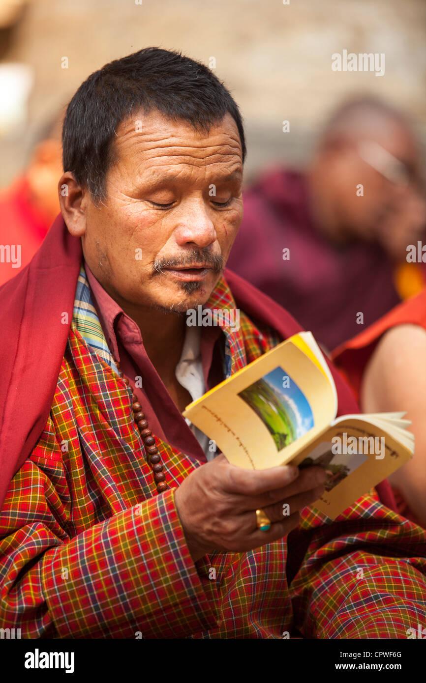 Portrait of Buddhist pilgrims reading scriptures books, Mahabodhi Temple, Bodh Gaya, Bihar, India - Stock Image