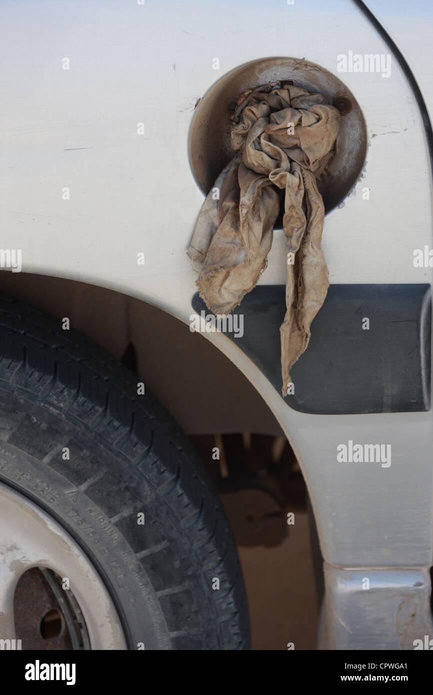 Mallorca, 20120528, Auto ohne Tankdeckel, Abdichtung mit einem Lappen Stock Photo