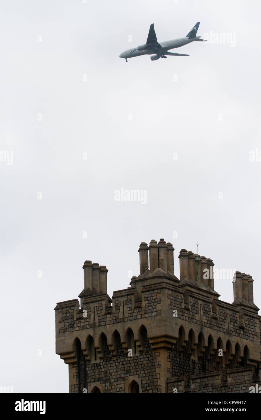 Windsor castle - The Upper Ward State Apartments 757 flying overhead - Stock Image