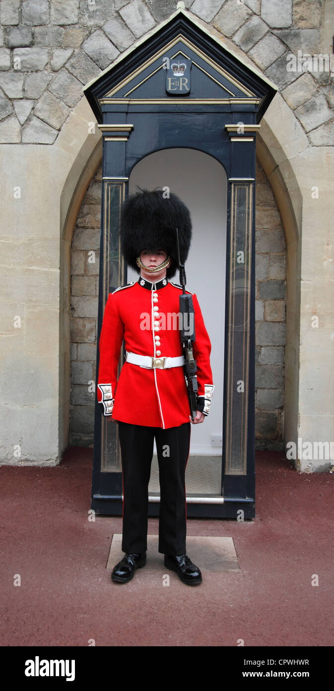Windsor castle - The Upper Ward State Apartments - Coldstream Guardsman on guard duty  with a sentry box - Stock Image