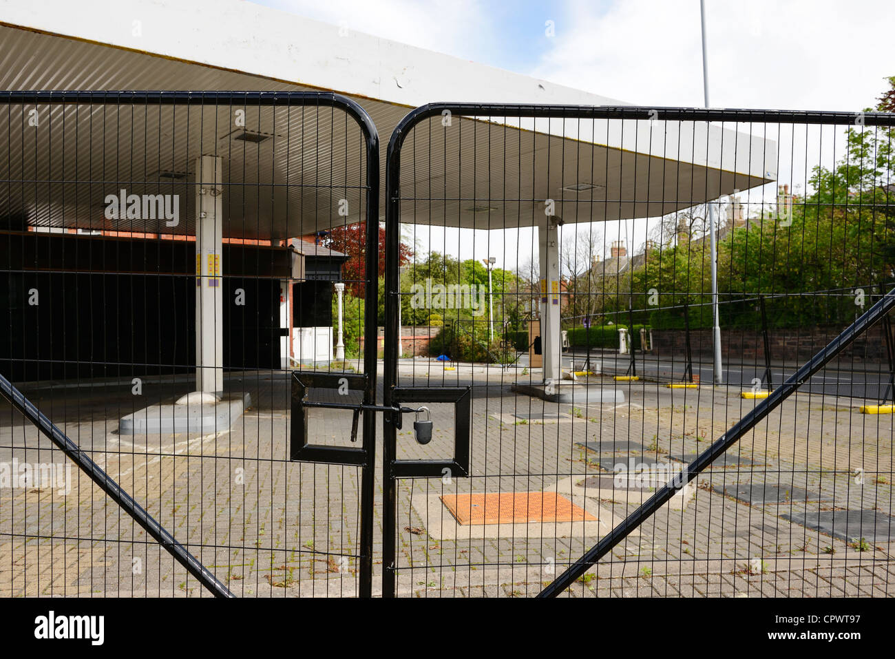 Disused and closed petrol station UK - Stock Image
