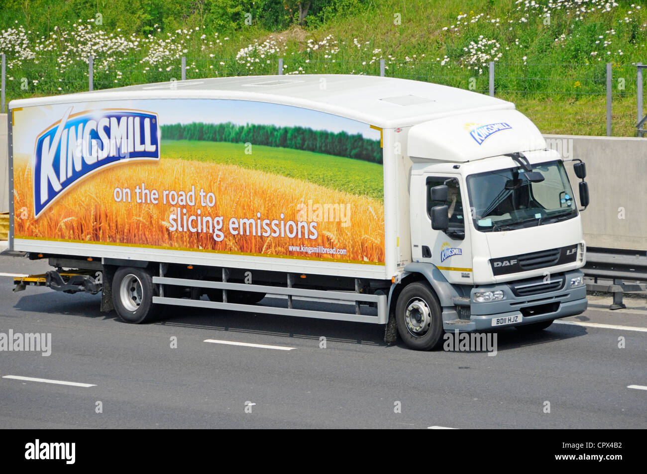 Streamlined Kingsmill bread lorry with slogans about slicing emissions - Stock Image