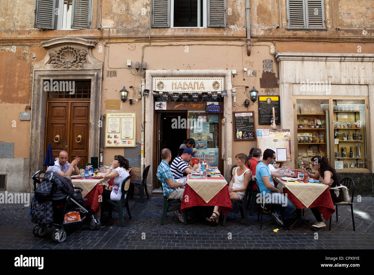 Diners eating al-fresco in Rome - Stock Image