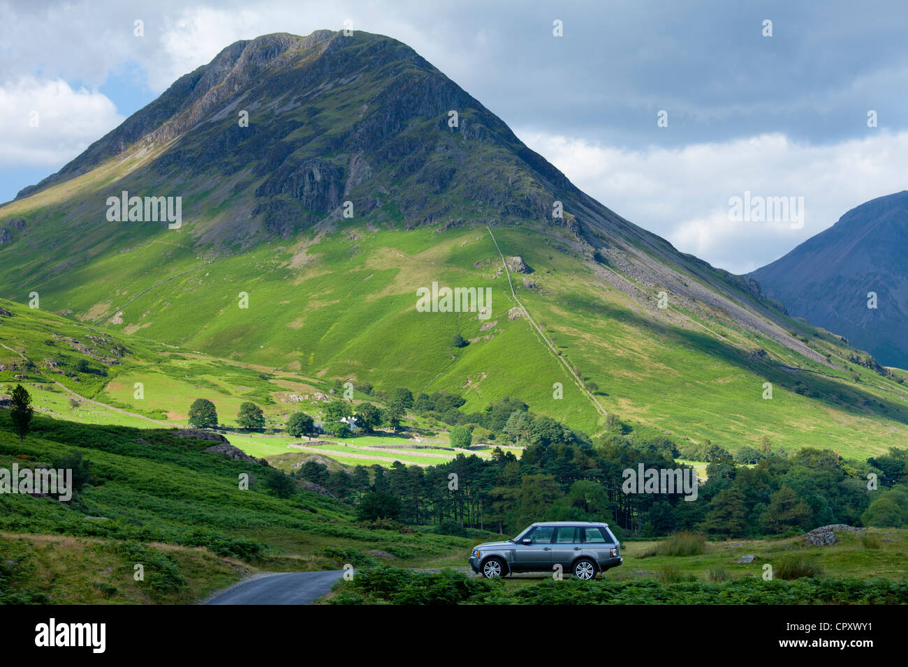 Range Rover 4x4 vehicle by Wasdale Fell and Wastwater in the Lake District National Park, Cumbria, UK - Stock Image