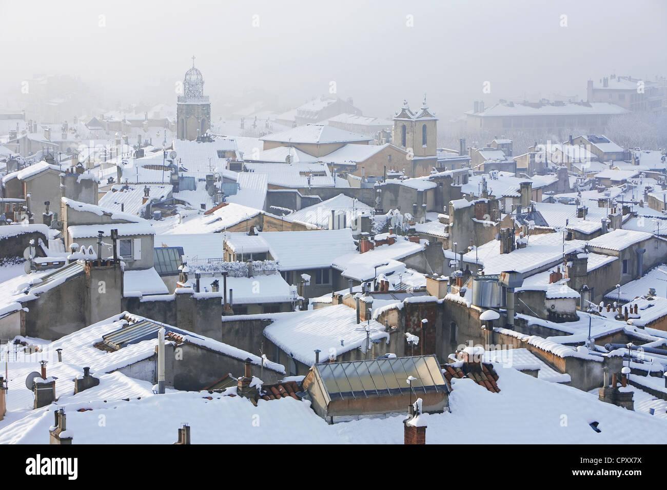 France, Bouches du Rhone, Aix en Provence, campanile des Augustins et les toits sous la neige Stock Photo