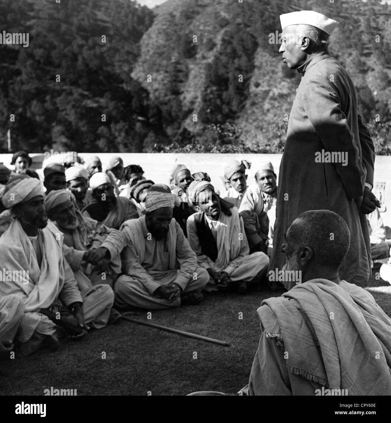 Nehru, Jawaharlal 'Pandit', 14.11.1889 - 27.5.1964, Indian politician, full length, visiting Pashtun people - Stock Image