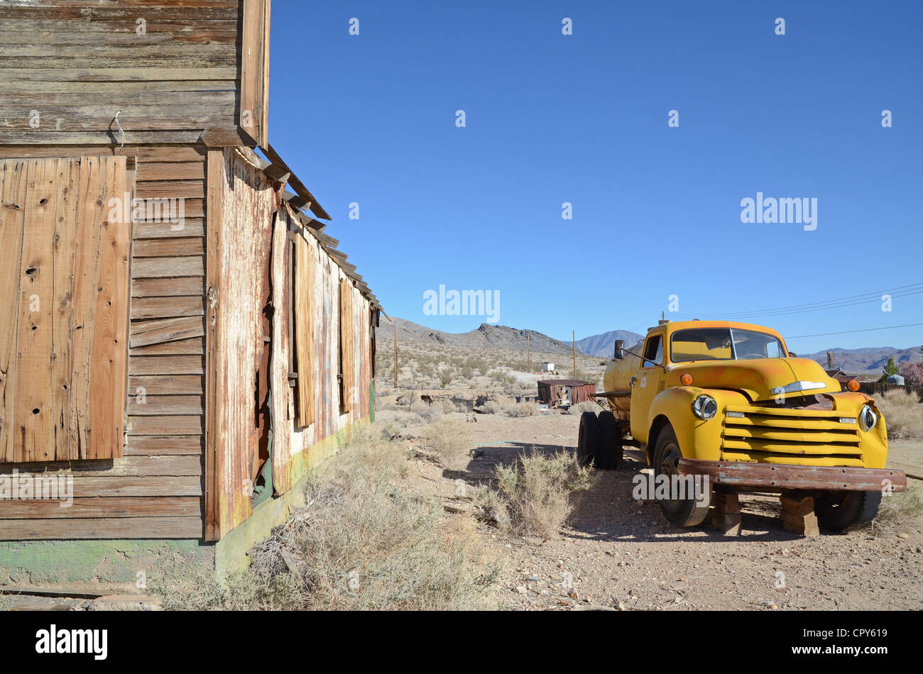 Old Chevrolet truck and barrack at Darwin, Death Valley - Stock Image