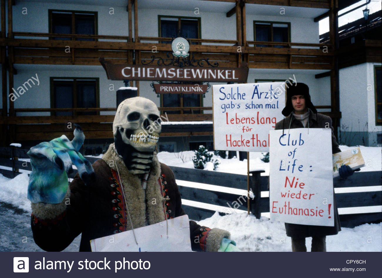 Hackethal, Julius, 6.11.1921 - 17.10.1997, German surgeon, author / writer, protest in front of his clinic in Bavaria, - Stock Image