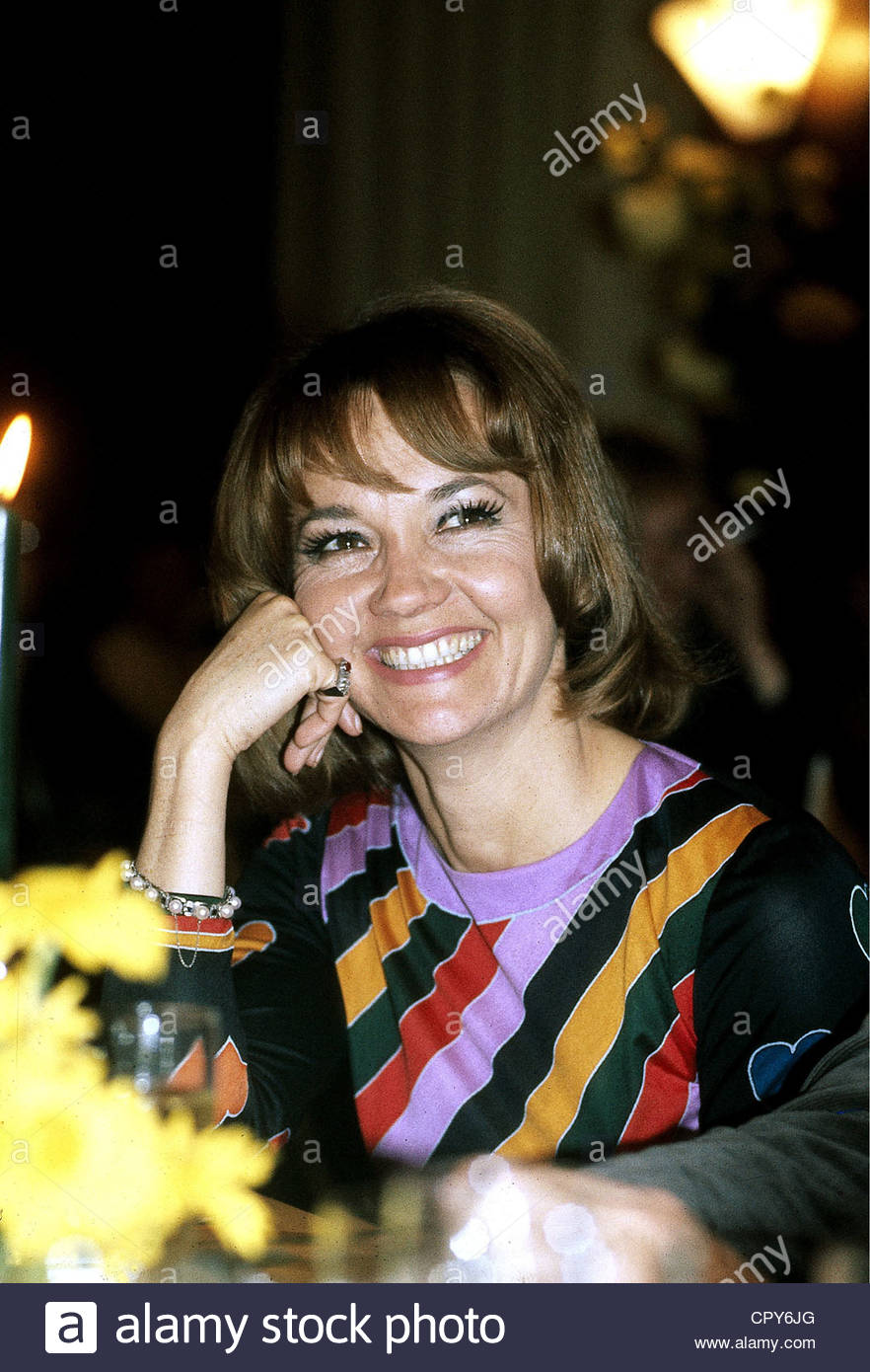 Pulver, Liselotte, * 11.10.1929, Swiss actress, portrait, 1970s, sitting at table, smiling, laughing, relaxed, - Stock Image