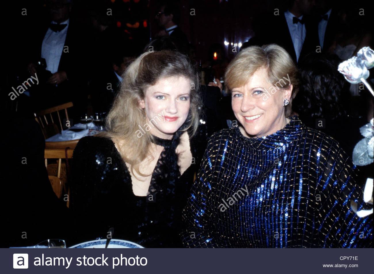 Sukowa, Barbara * 2.2.1950, German actress, portrait, with Margarete von Trotta, 1980s, sitting at table, evening - Stock Image