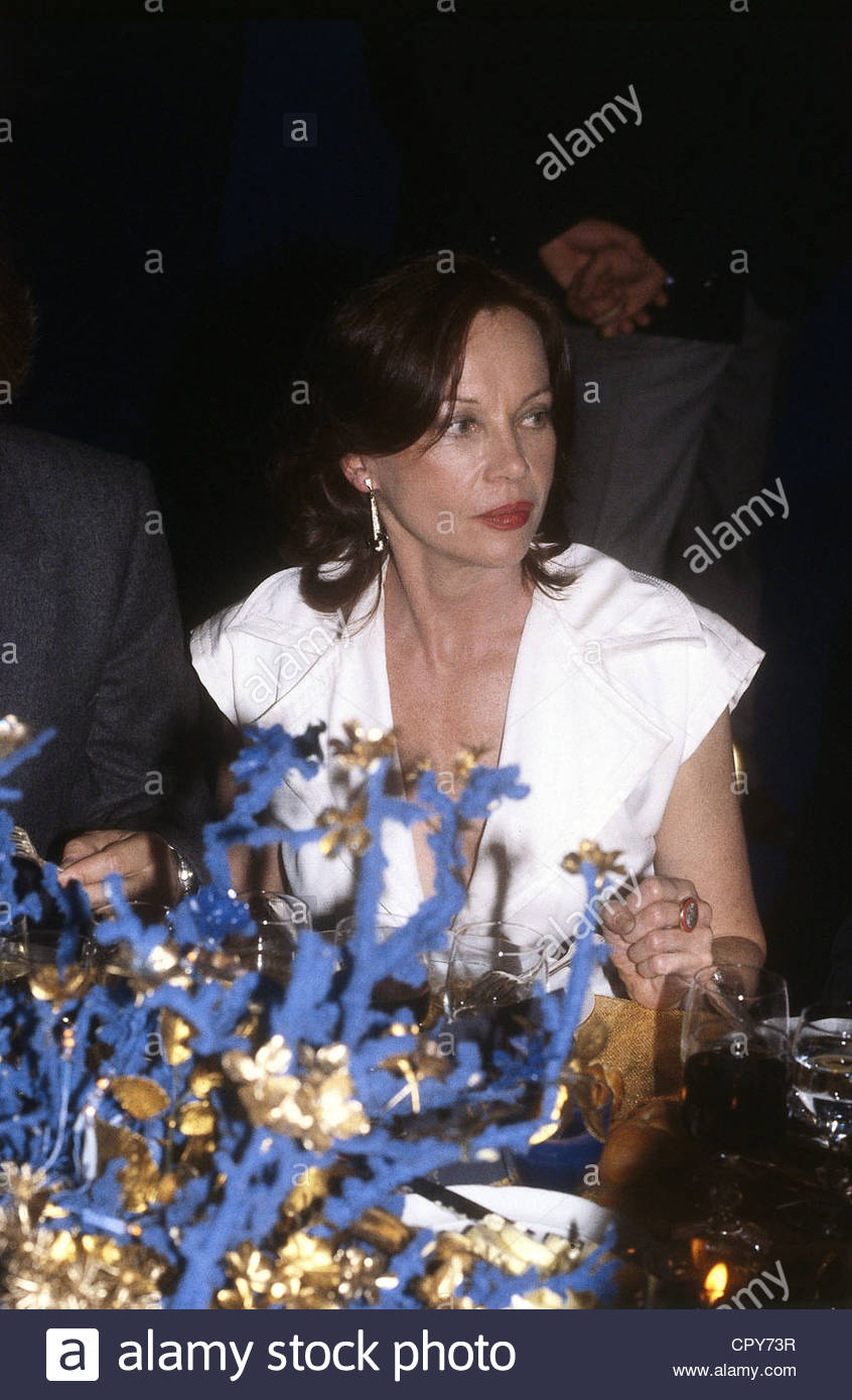 Caron, Leslie, * 1.7.1931, French actress, dancer, half length, sitting at table, 1980s, - Stock Image