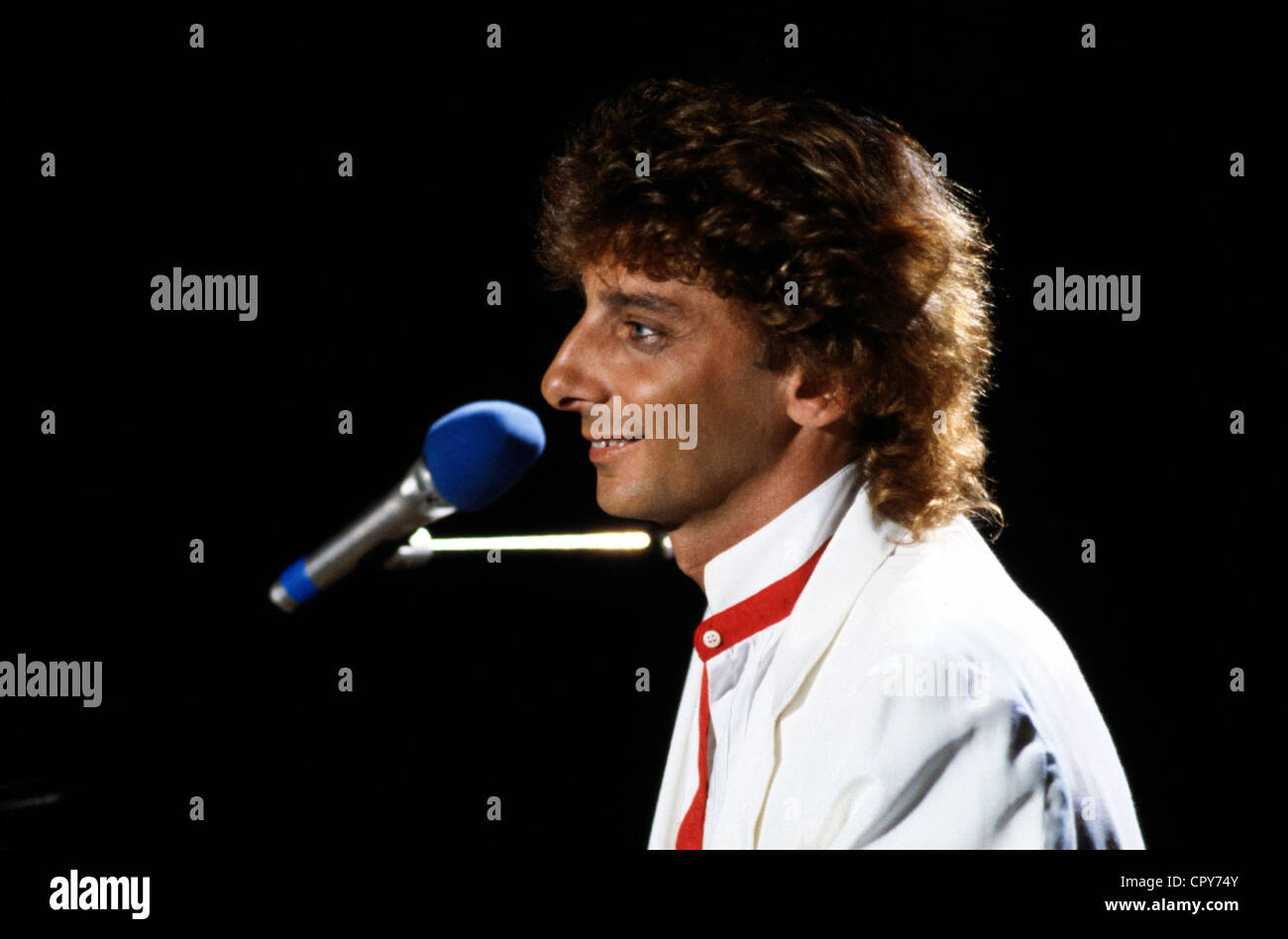 Manilow, Barry (born Barry Alan Pincus), * 17.6.1946, US musician, portrait, during a concert, 1983, microphone, - Stock Image