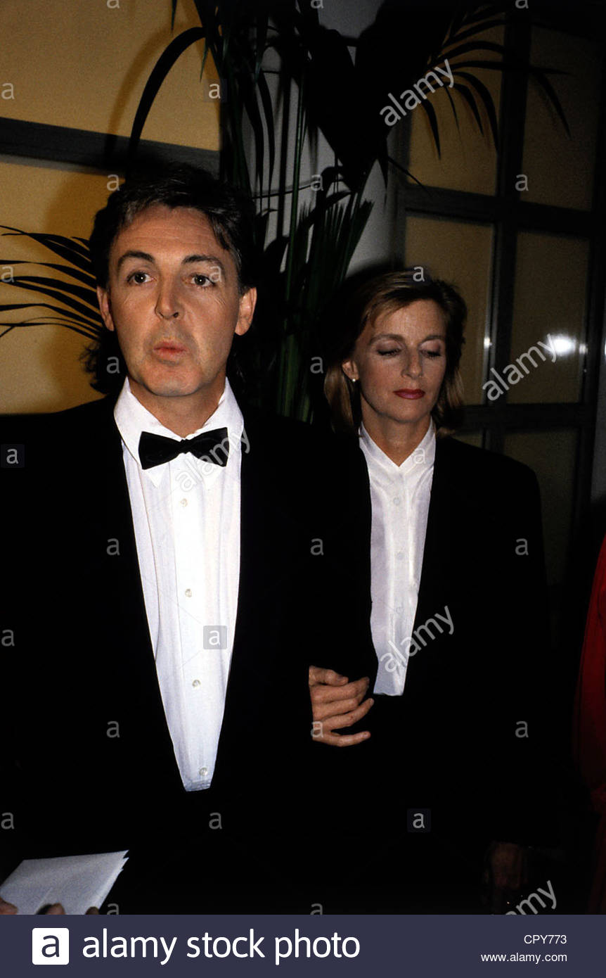 McCartney, Paul, * 18.6.1942, British singer and musician, half length, with his wife Linda, receiving the German - Stock Image
