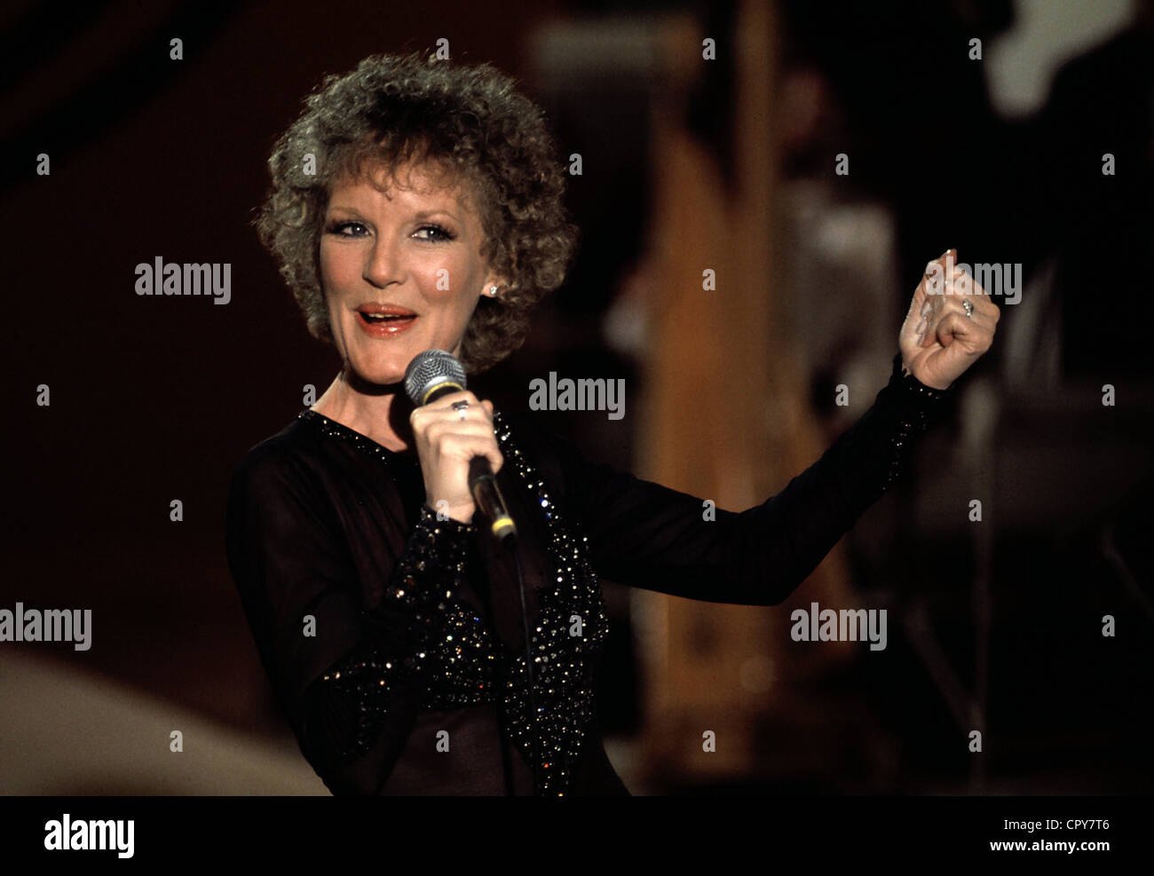 Clark, Petula, * 15.11.1932, British singer, actress, half length, during a show, with microphone, 1980s, Additional - Stock Image