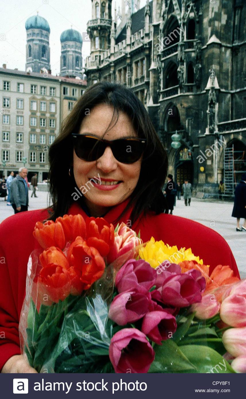 Mouskouri, Nana, * 13.10.1936, Greek singer, portrait, with a bunch of flowers in Munich, Marienplatz, 1987, sunglasses, - Stock Image