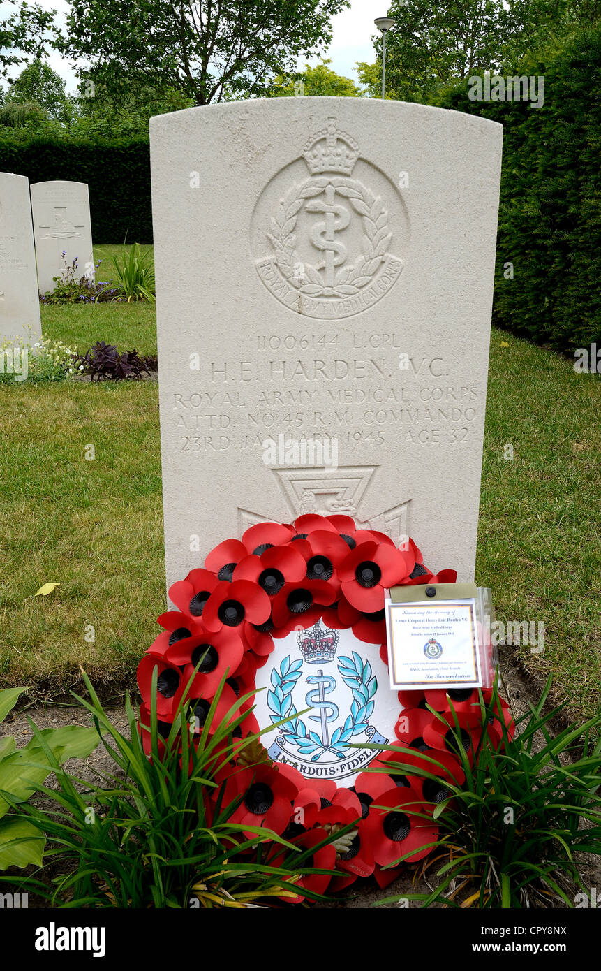 GRAVE OF WAR HERO LANCE CORPORAL HARDEN.  VC. IN THE BRITISH AND COMMONWEALTH CEMETERY AT NEDERWEERT.  HOLLAND - Stock Image