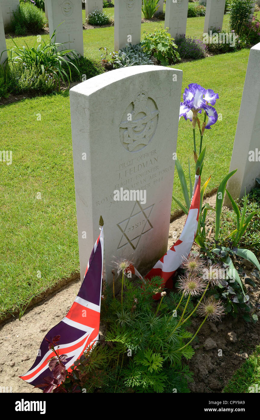 GRAVE OF ROYAL CANADIAN AIR FORCE FLIGHT ENGINEER J FELDMAN WHO WAS KILLED IN WW2.  REICHSWALD CEMETERY.  GERMANY - Stock Image