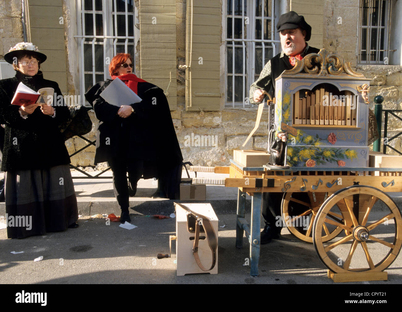 France, Vaucluse, Roquemaure, dances and street musics for the celebration of Saint Valentine's day during which - Stock Image