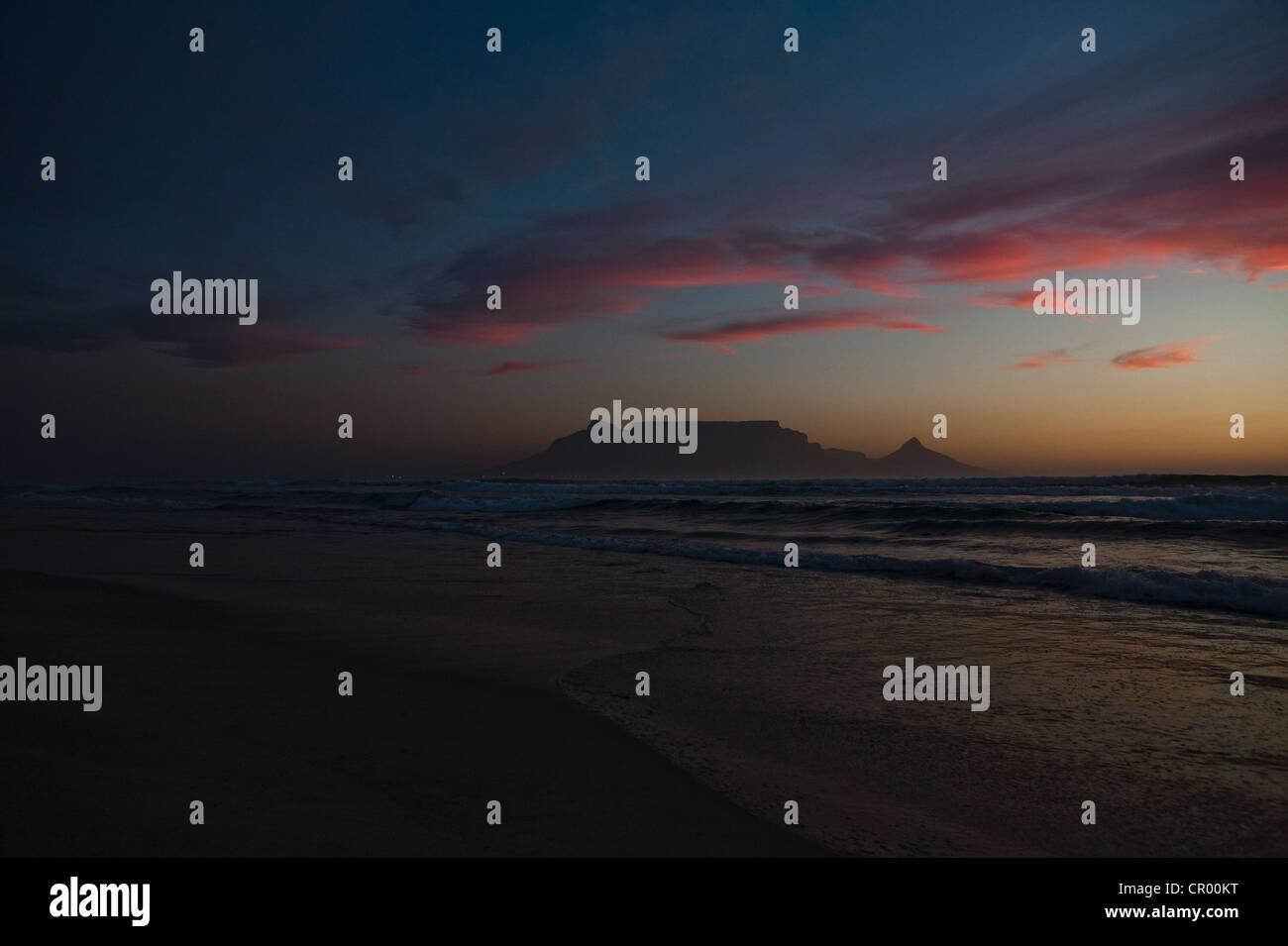 Sunset over deserted sandy beach - Stock Image