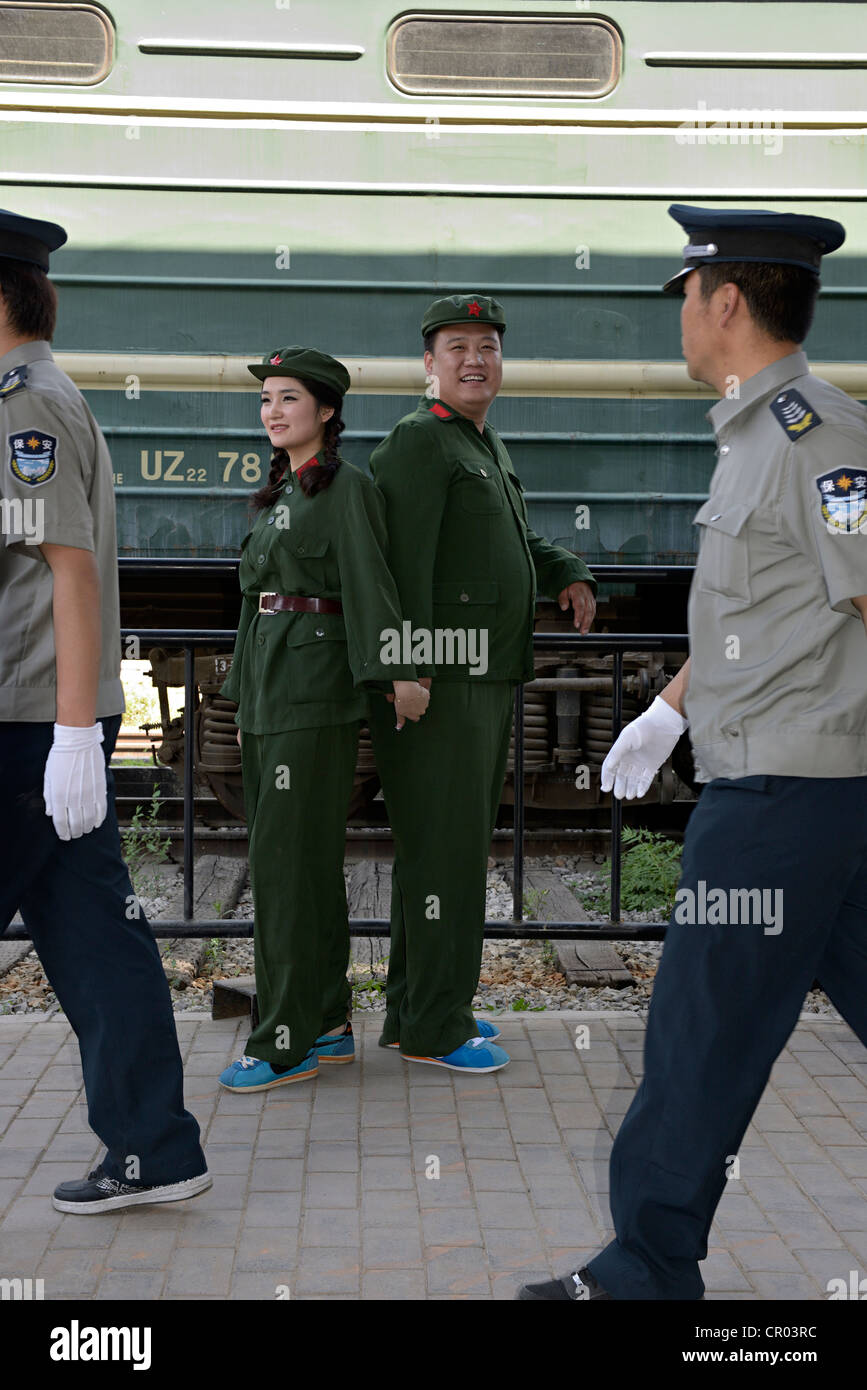 couple dressed as communists in beijing china - Stock Image