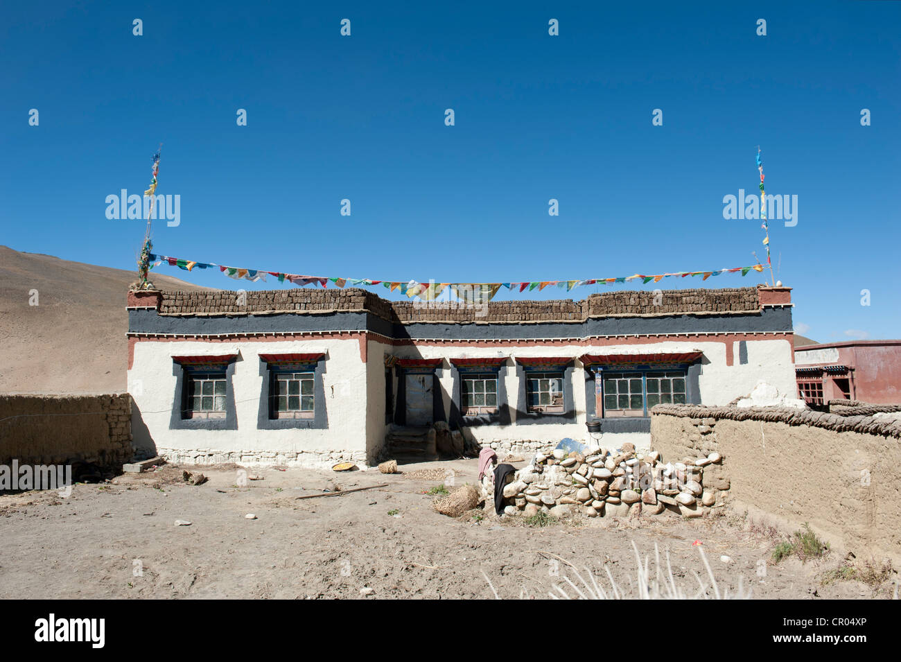 Typical Tibetan house, flat roof, village Lung Chang at Old Tingri, Mount Everest region, Himalayan, central Tibet, - Stock Image