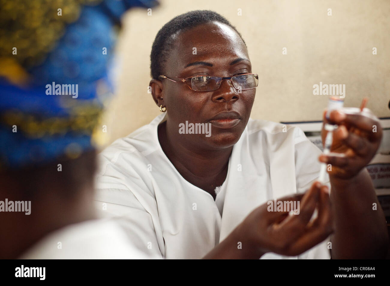 A nurse prepares a dose of vaccine during a routine vaccination session at the Henriette Konan Bedie Community hospital - Stock Image
