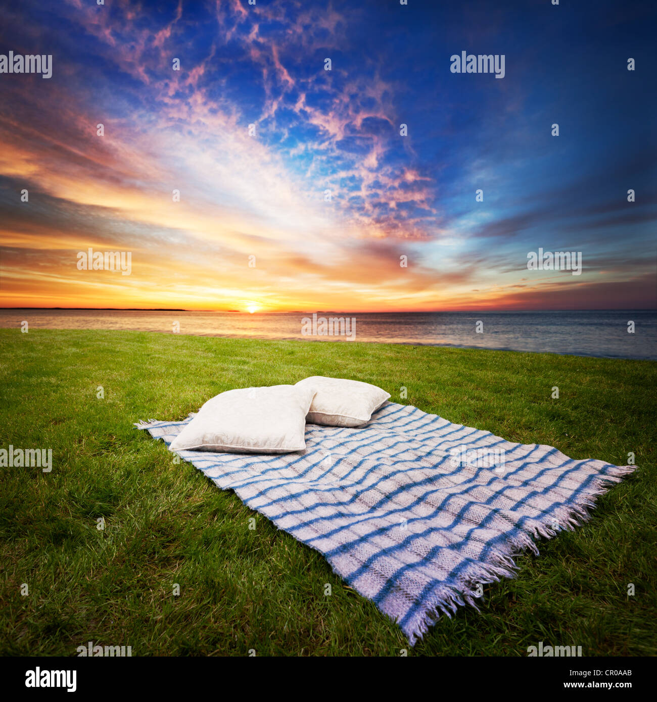Blanket and pillows for two in a peaceful spot - Stock Image
