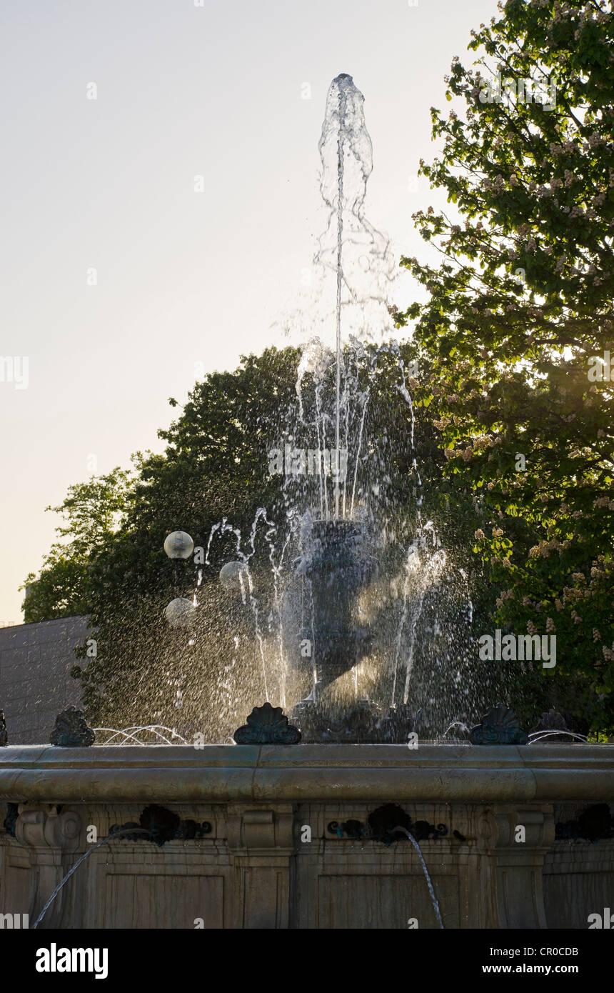 fountain outside Southampton art gallery - Stock Image