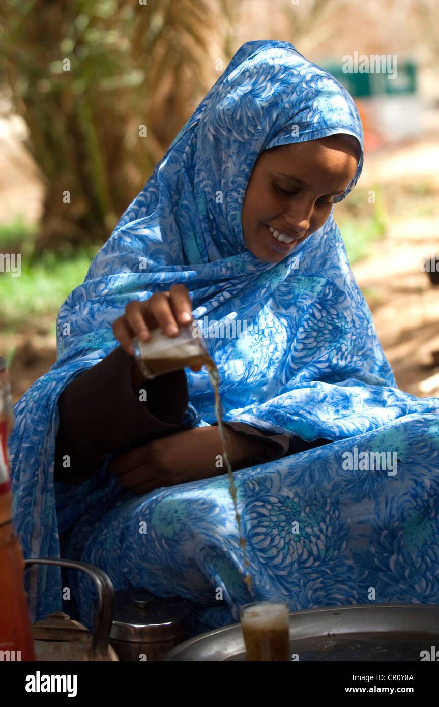 Mauritania, Adrar Region, Mhaireth, young girl preparing mint tea - Stock Image