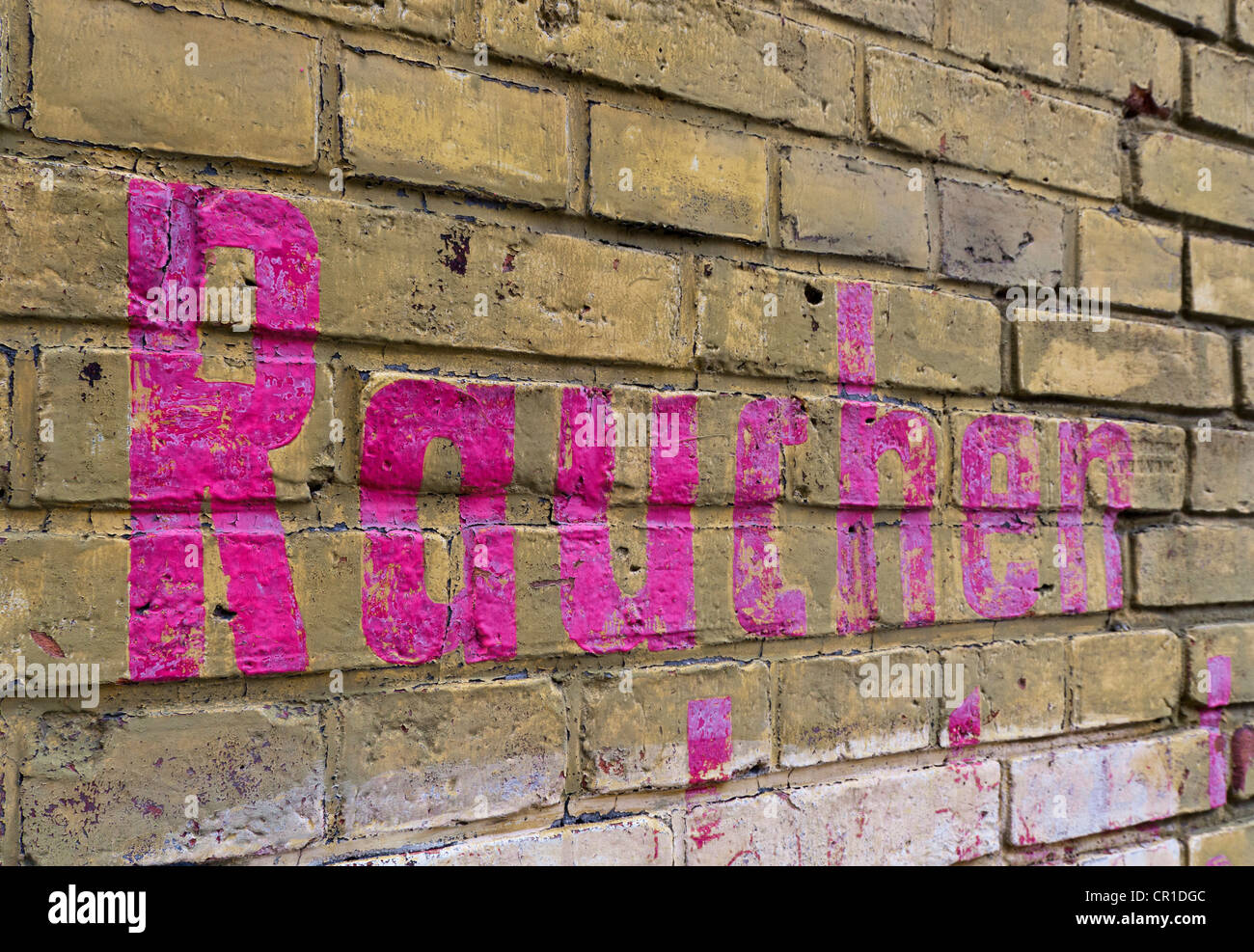 Brick wall with the word 'Rauchen', German for 'smoking', in magenta colour, Berlin, Germany, Europe - Stock Image