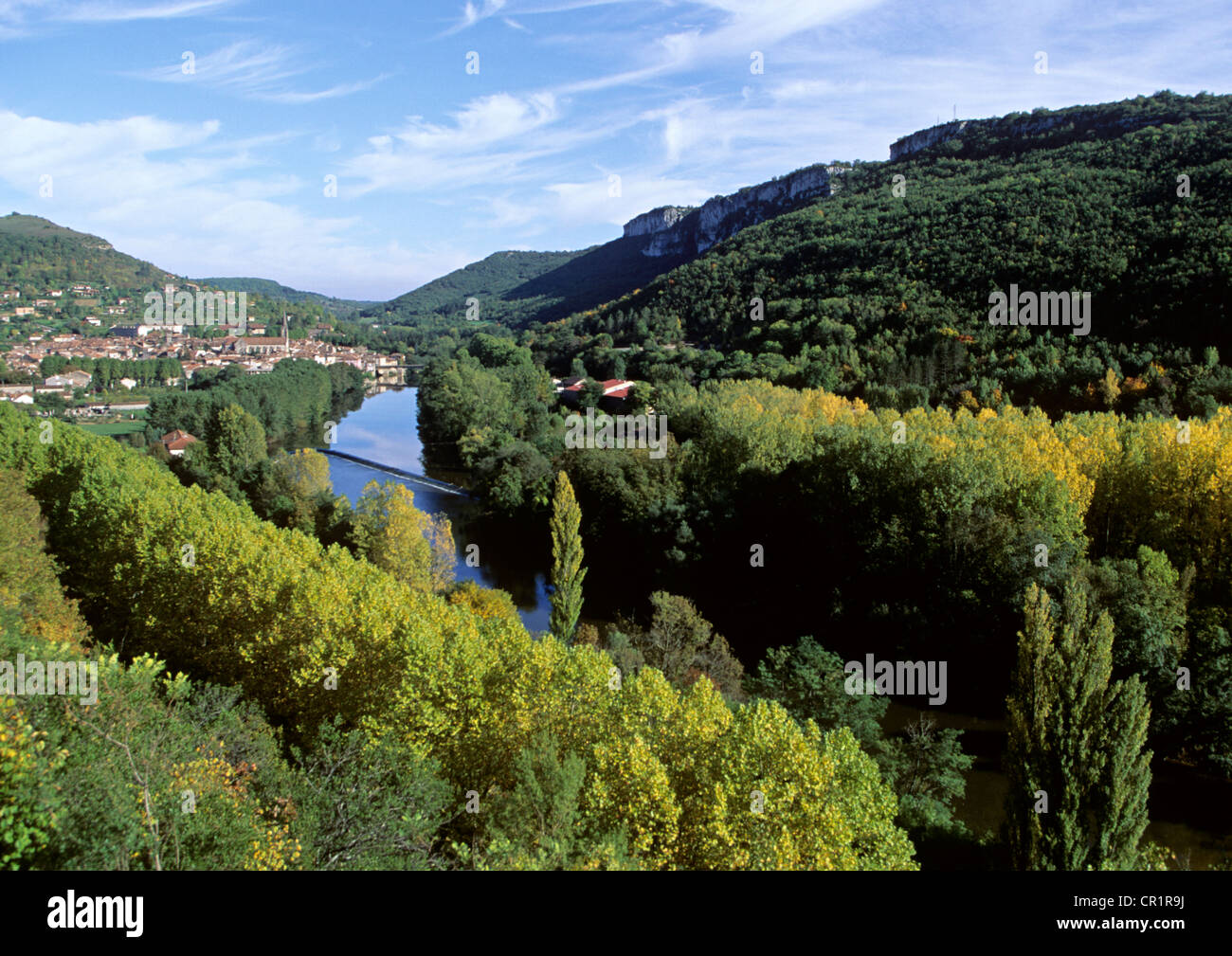 France, Tarn et Garonne, Saint Antonin Noble Val, the Aveyron canyon with Saint Antonin village in the background - Stock Image