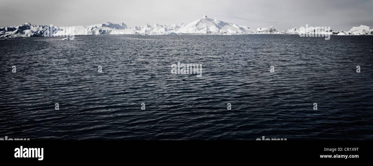 Rippling lake in snowy landscape - Stock Image