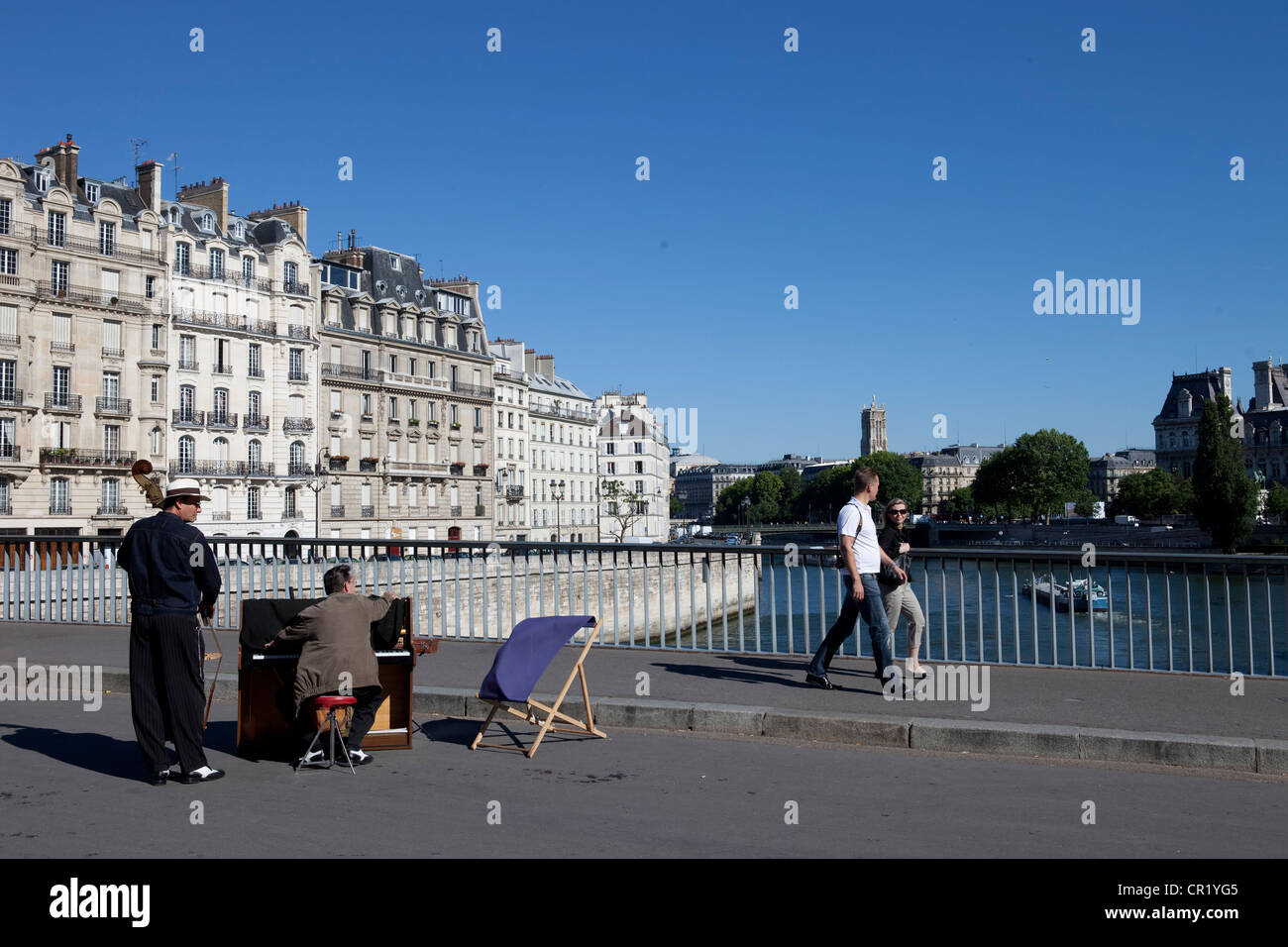 France, Paris, Pont Saint-Louis, pedestrian bridge linking ile Saint-Louis and ile de la Cite - Stock Image