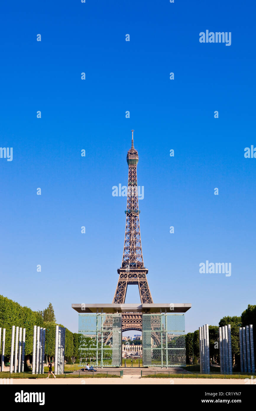 France, Paris, Peace wall (by Jean-Michel Wilmotte and Clara Halte) and Eiffel Tower in Champs de Mars - Stock Image