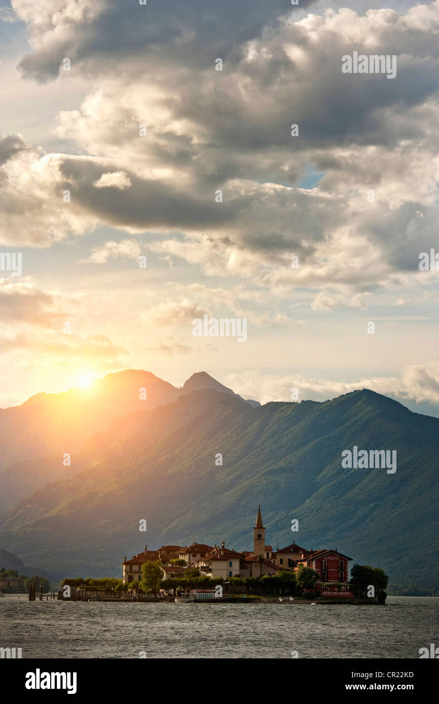 Sun shining over castle built on island - Stock Image