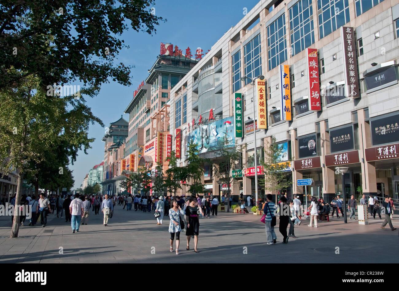 China: Beijing's Wangfujing busy retail shopping street - Stock Image