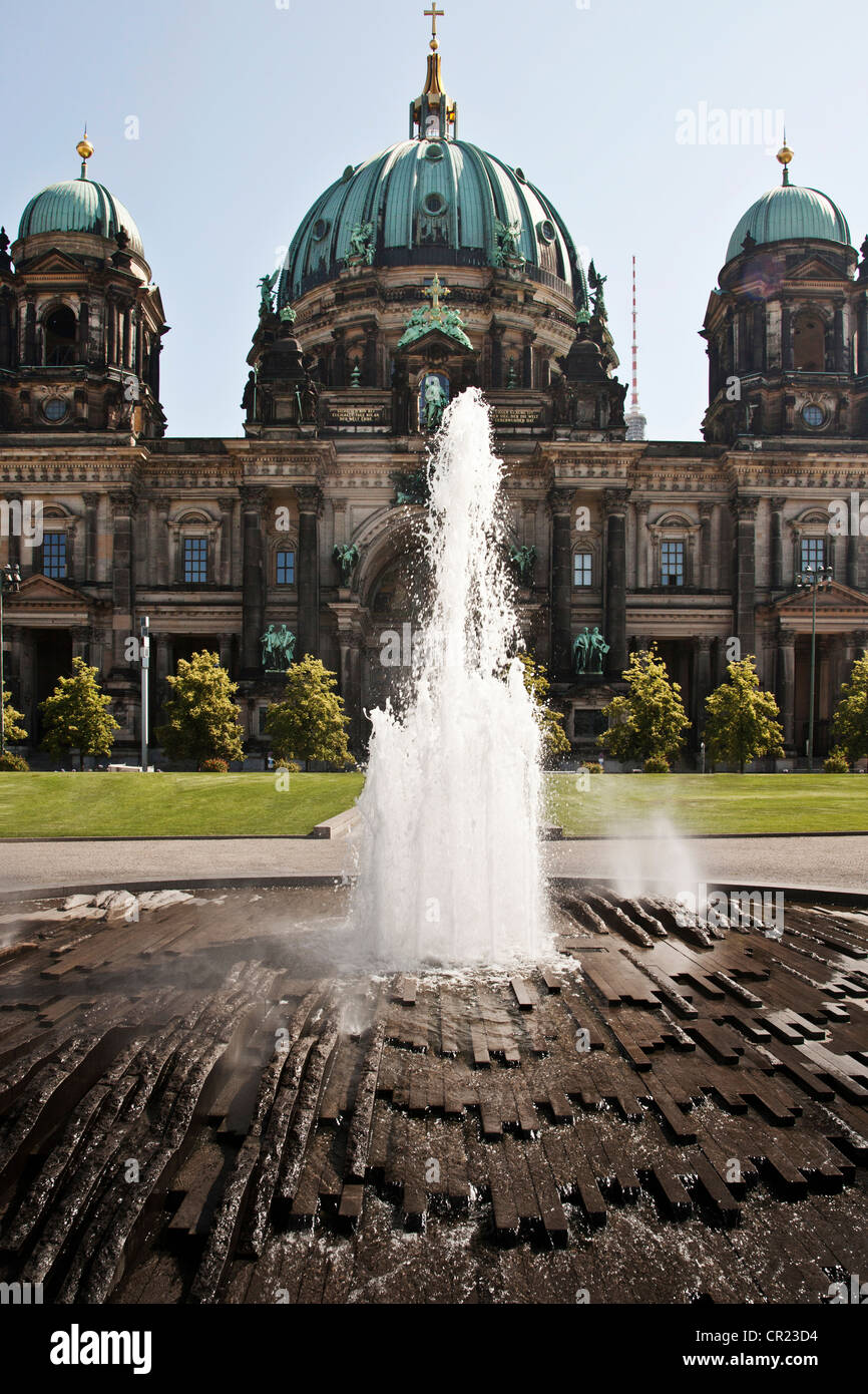 Modern fountain and ornate building - Stock Image
