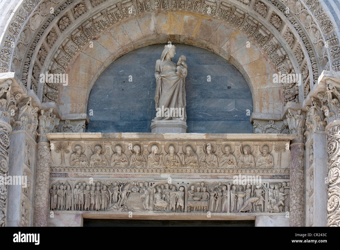 Statue and relief carvings in archway - Stock Image