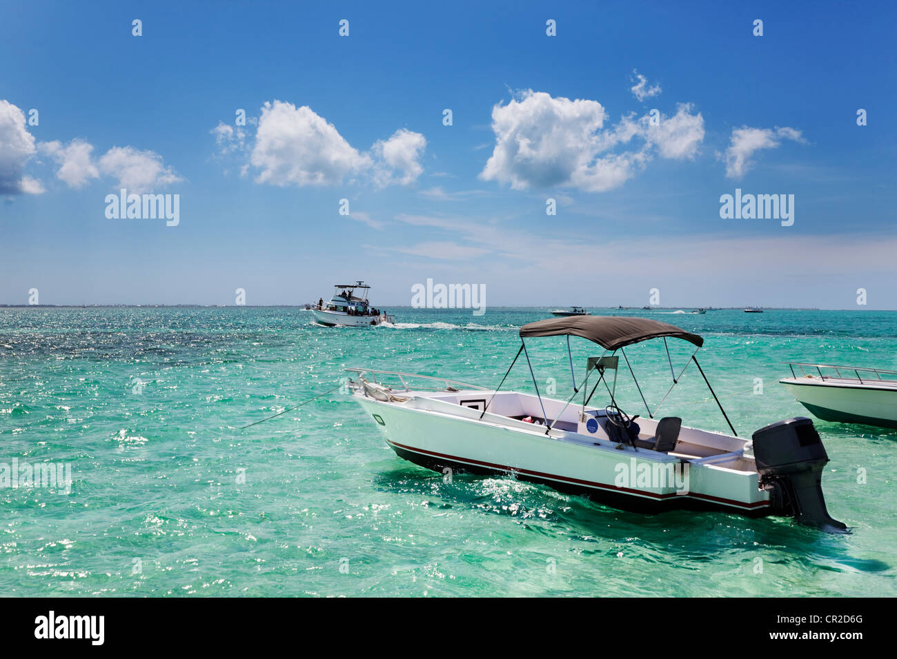 Boats anchored by the sandbar at Stringray City, Grand Cayman - Stock Image