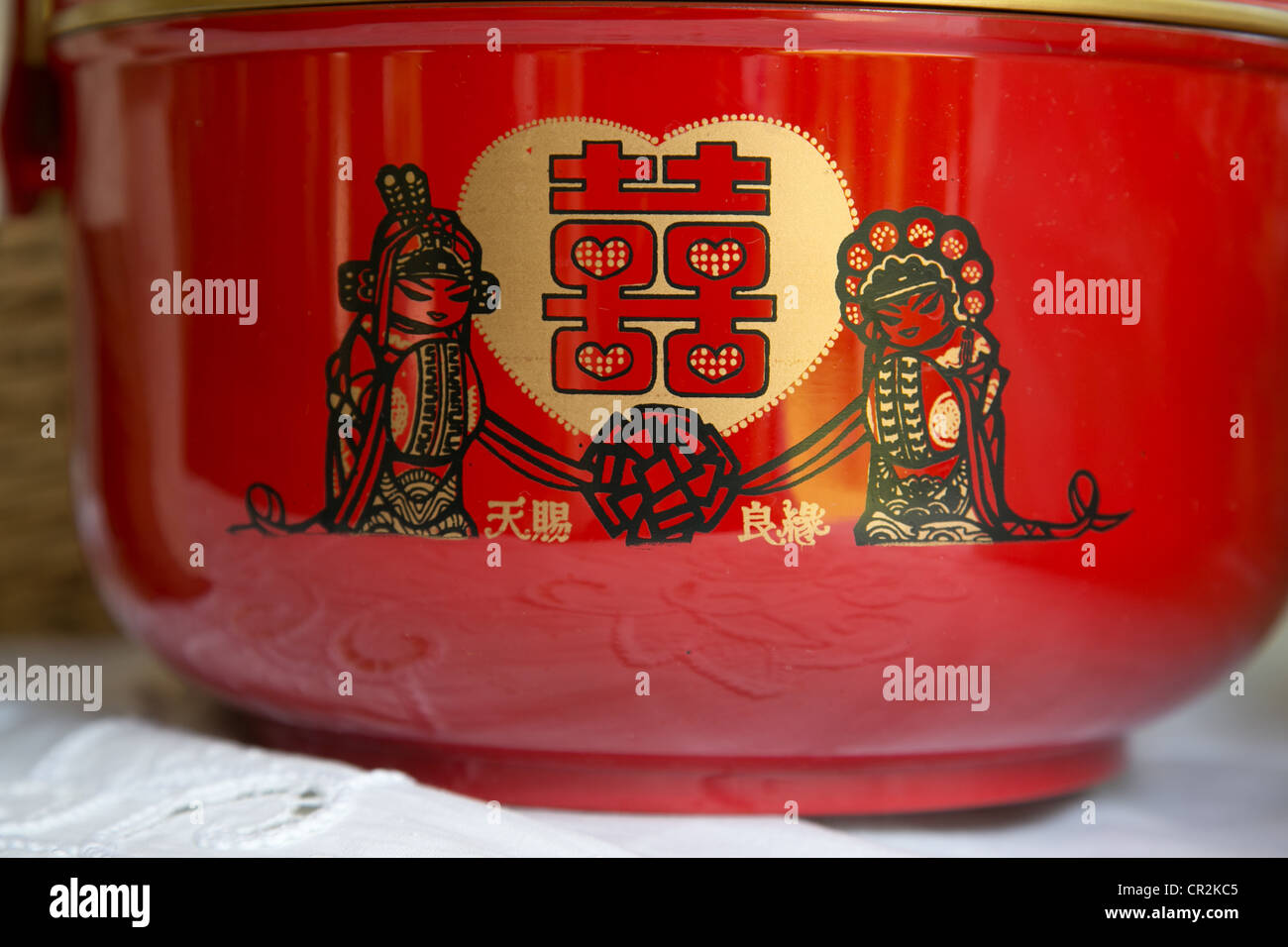Red Chinese Double Happiness characters on a bowl symbolize marriage - Stock Image