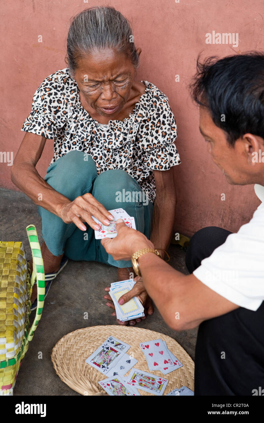 A Filipino fortune-teller reading into the cards on the sidewalk. Cebu City, Cebu, Visayas, Philippines. - Stock Image