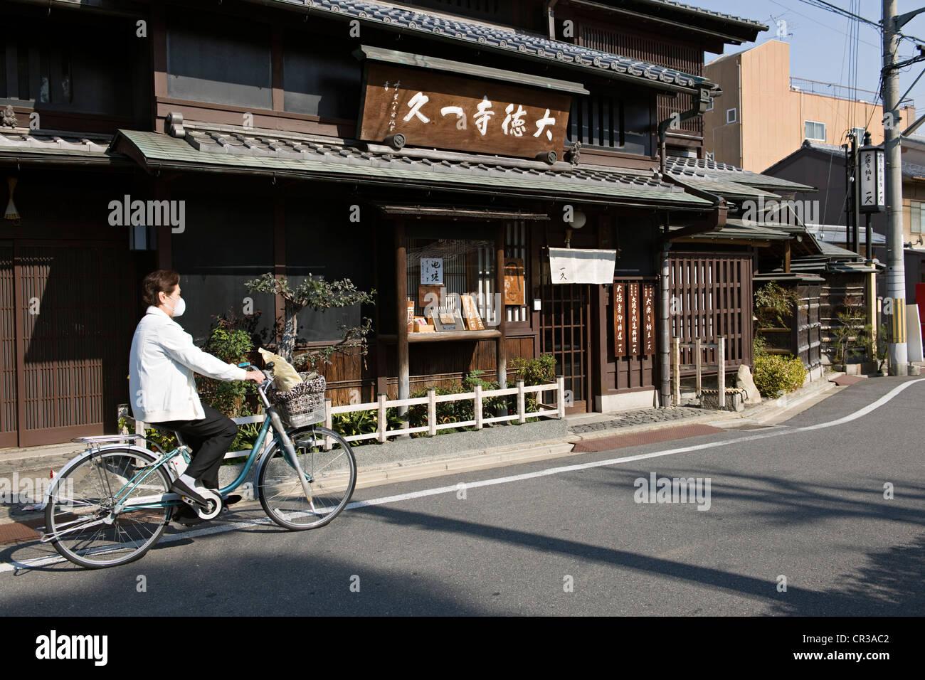 Japan, Honshu Island, Kinki Region, city of Kyoto, cyclist - Stock Image