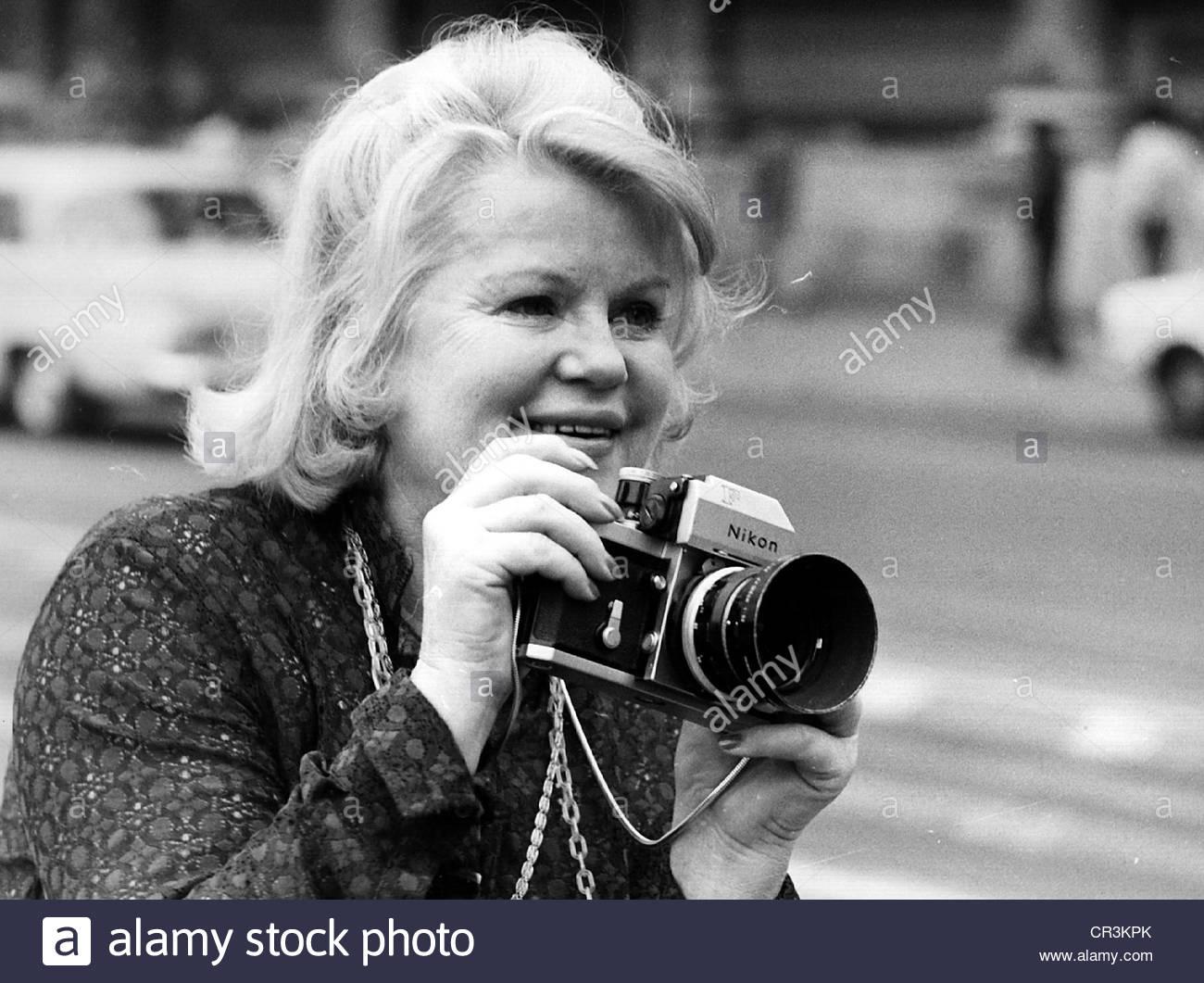 Soederbaum, Kristina, 5.9.1912 - 12.2.2001, Swedish actress, half length, taking photos, 1970s, Additional-Rights - Stock Image